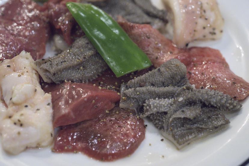 老舗の「風情」に浸りながら肉を炙った夜