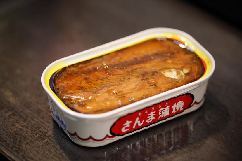 グレイフランネルのスリーピースと「藤田酒店」の さんま蒲焼の缶詰