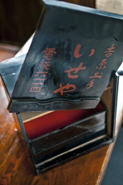 三ノ輪「土手の伊勢屋」で江戸前天丼の真髄を知る